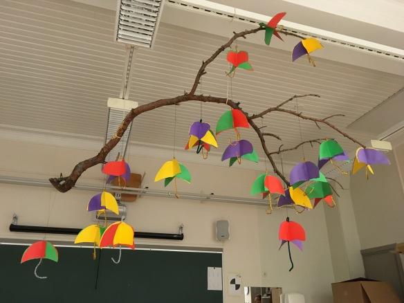 Katto oli koristeltu värikkäillä sateenvarjoilla.