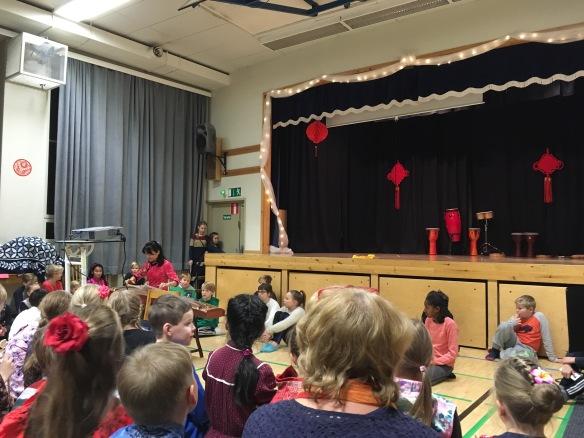 Musiikkiesityksessä soitettiin kiinalaista guzheng-soitinta.