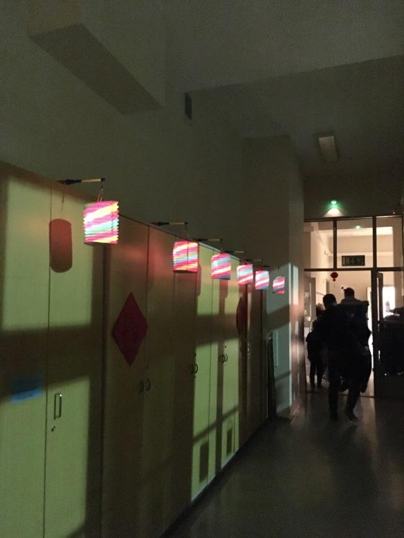 Käytävä oli koristeltu lyhdyin.